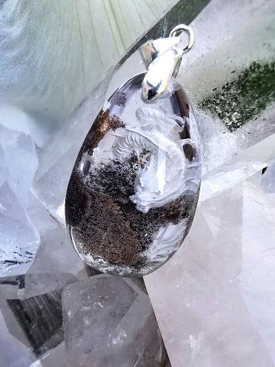 Quartz Lodolite gravée pierre naturelle pendentif