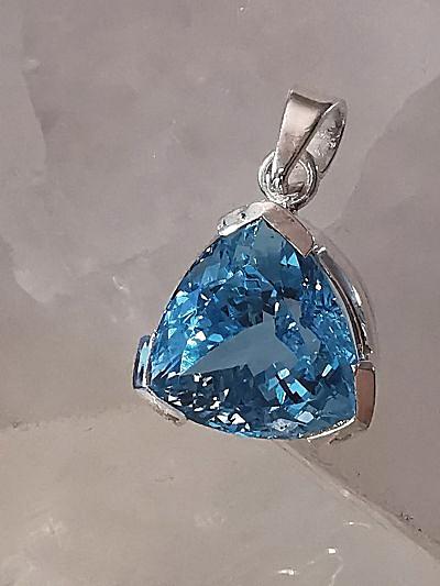 Topaze bleue en pendentif argent