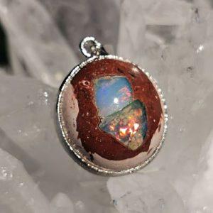 Opale d'Ethiopie sur gangue reconstituée pendentif