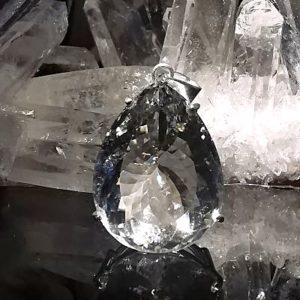 Cristal de roche extra pur sur pendentif en argent