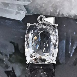 Cristal de roche sur pendentif en argent